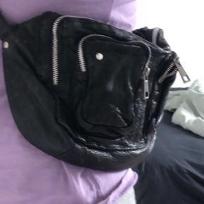 Nunoo alimakka i washed black. Tasken er ikke brugt særlig meget, og der er ingen tegn på slid (justerbar rem medfølger). Tasken er købt i message til 1200kr, kvitteringen medfølger ikke, da tasken er købt online.  BYD