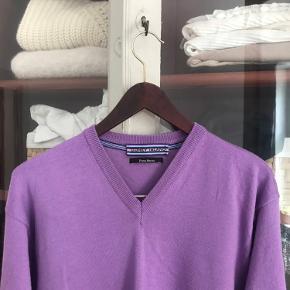 Fin sweater i en smuk lilla farve Den er i helt vildt god stand, på trods af at den er brugt ofte 50% uld Ses på en small - fitter oversize Skriv gerne for mere info💜💜