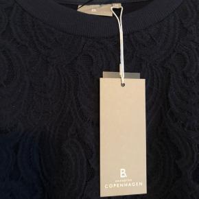Super flot blonde bluse i fin facon og god kvalitet. Nypris 399 kr. Fejlkøb - da jeg ikke kan passe den ordenligt alligevel.