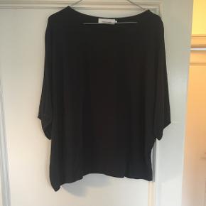 Mørkeblå t-shirt i str. L fra Samsø Samsø. Den brugt meget få gange og er forsat i rigtig pæn stand. Nypris 500kr.