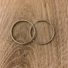 Creoler fra Handcrafted 3 cm i diameter. Sølv.