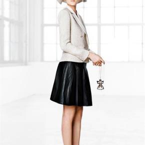 Varetype: nederdel Farve: Sort  Smuk og elegant nederdel.  Aldrig brugt. Med pris mærke.