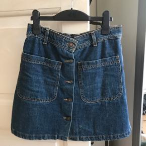 Denim nederdel fra Zara i str XS. God stand, sælges da den ikke bruges.  BYD ENDELIG💖