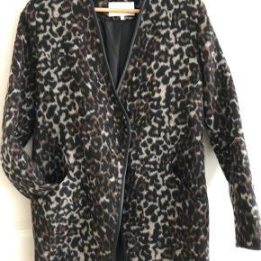 Leopard med lommer og 2 knapper til luk