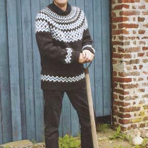Her er din helt egen bonderøvs sweater. Håndstrikket i ren islandsk uld - alafoss-lopi med det flotte kendte bonderøvs mønster. Det er den originale opskrift til den flotte, islandske sweater med rundt bærestykke, som Frank har på i flere afsnit i opdateret design og mønsterdiagrammer. Sweateren kan også strikkes i 3 andre farver efter eget valg. Se farvekort.  Strikkes på bestilling i størrelse: S - M - L  Passer en brystvidde på: 104 - 112 - 119 cm  Se andre modeller på FruStrik.dk  Modtager MobilePay