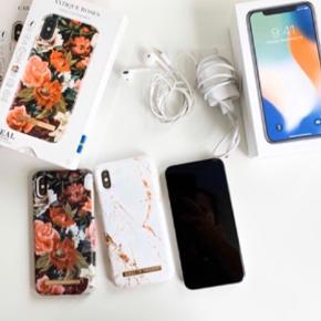 """Super flot og velholdt iPhone X- i perfekt stand  4G LTE Advanced - 256 GB - GSM - 5.8"""" - 2436 x 1125 pixels (458 ppi) - Super Retina HD - 2x bagkameraer (2x front cameras) - sølv  2 x iDeal of Sweden cover  Lader og hovedtelefon   Købt i marts 2018 men brugt kun 9 mdr. Har altid haft cover og panserglas på.  Kvittering fremvises ved køb.  Sælges da jeg har fået firma tlf."""