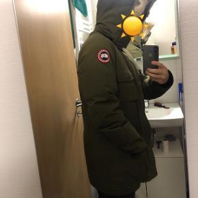 Dejlig navy grøn jakke til kulden. Købt for 3 år siden for 5800,- i Mr. Tip Top.