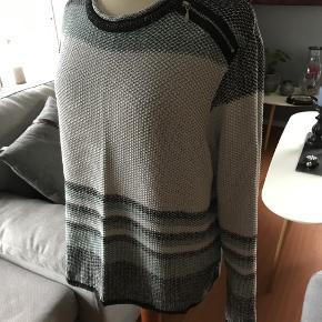 sød bluse med lille lynlås på skulderen. Farven på striberne er lyseblå og sort brystvidde 2 x 55 længde fra skulder 58