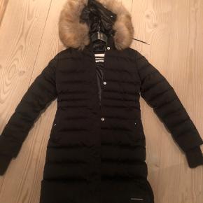 Sprit ny Calvin Klein dunfrakke med pelskrave, så flot og fin. str s. Nypris var så vidt jeg husker 2500, købt i magasin.