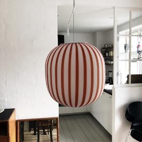 Den smukkeste bolsjestribede lampe (model: Filigrana Light) designet af Sebastian Wrong for Established&Sons. Den har været hængt op i en kort periode. Fejler ingenting.