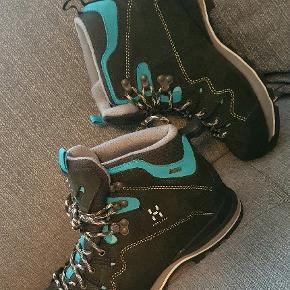 Næsten nye og ubrugte vandrestøvler i str. 38 2/3 fra Haglöfs.   Kun brugt 1 dag et par timer.  Granite/turkis.   En alsidig læderstøvle, som er velegnet til vandreture, marcher, via ferrata og lettere klatring.  Vandtæt og åndbar med Gore-Tex membran. EVA-mellemsål med PU-hælkile giver god stabilitet, lav vægt og komfort Stjerneformet design på oversiden med god fleksibilitet. Lang snøring giver den bedste pasform og komfort. Gummiforstærkning på tå og hæl giver god beskyttelse. Højfriktionsgummi giver det bedste greb.  Vægt: 555 g  Nypris 1700,-