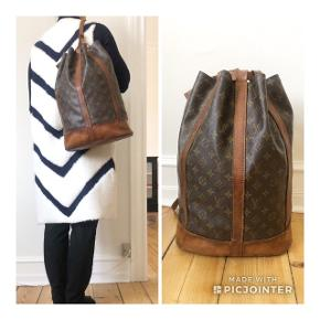 Vintage Louis Vuitton Randonnée rygsæk / taske 🖤🖤🖤  Den kan bæres som rygsæk eller over den ene skulder - begge muligheder er vist på billederne.  INGEN BYTTE!    ⛔️ MINDSTEPRIS: 2500 kr. ⛔️ Bud under ignoreres.   Den måler ca. 31x43x16 cm - kan rumme rigtig meget.   Jeg foretrækker at mødes og handle. Jeg handler via mobilepay ⭐️   ❌ Så længe annoncen er åben, er tasken til salg, så spørgsmål herom ignoreres ⭐️  • se også alle mine øvrige designertasker 😉