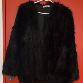 Faux pels fra h&m. Købt for 2 år siden. Nypris 600kr. Brugt meget få gange.