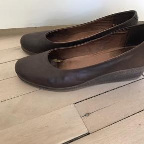 Super fin sko med kilehæl, fremstår pæne og velholdte.