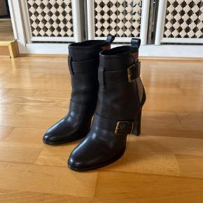 Burberry støvler Fejlkøb - aldrig brugt  Nypris 4.000kr  Hæl højde 9 cm