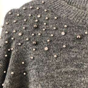 Rigtig lækker blød sweater fra H&M. Alle perler er der stadig efter maskinevask 🐑
