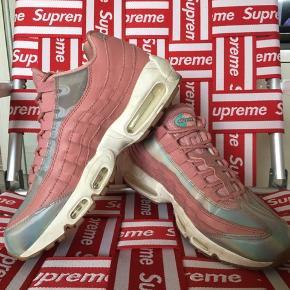 Nike air max 95 i lyserød med holografiske detaljer. Størrelse 41 - 26,5 cm. Næsten ikke brugt.