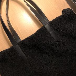 Taske/net med får-lignende hår. Super god stand. Byd!