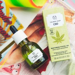 CBD olie fra the body shop med hampefrø imod tør hud - giver glans.