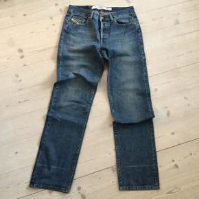 Velholdte jeans, der er en fold stribe forneden, ses ikke på. Jeans str 32 L 34 Model KULTER Talje 42 cm  Benlængde yder 113 cm  Benlængde inder 88 cm  #30dayssellout