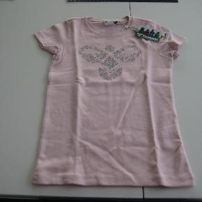 Varetype: NY FLOT T-Shirt med perlerFarve: Lyserød Oprindelig købspris: 199 kr.  NY FLOT T-Shirt med perler i str. 146 fra Hummel.  Mindsteprisen er kr. 150+porto.  Jeg bytter ikke.