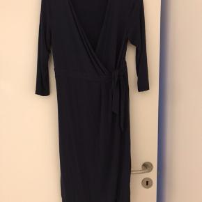 Aldrig brugt. Med 3/4 ærmer. Slå om kjole. Meget meget lækker kvalitet. Kjolen er mørkeblå.