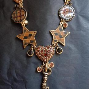 Varetype: vintage halskæde Størrelse: 44 cm Farve: Mørkebrun Oprindelig købspris: 549 kr.  Flot halskæde med funklende sten