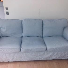 Ektorp 3'personers sofa i lyseblå.  God sidde komfort, kan ombetrækkes hvis man ønsker det.  Den fejler ingenting, kommer fra røgfrit hjem.