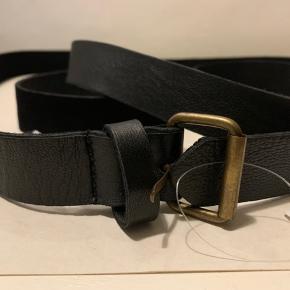 Langt wrap around bælte i læder (meget blødt skind) fra UO Længde ca 190 cm og bredde ca 3 cm