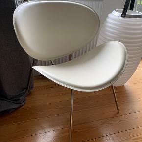 Loungestol fra Ilva i hvidt skind. Ganske få brugsspor (se billede). Originalpris ca. 1000,- :-)