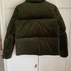 Mørkegrøn velour jakke, kvaliteten er 70% dun og 30% fjer. Prisen er ekskl. fragt.