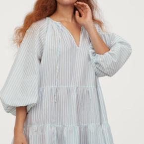 Flot langærmet kjole med striber fra H&M! Har kun brugt den en enkelt gang i ferien, da jeg ganske enkelt har for mange kjoler med denne form.  Tjek også mine andre annoncer - ting fra Monki, Zara, & Other Stories, Weekday mm. 😍🕺🏼🌸