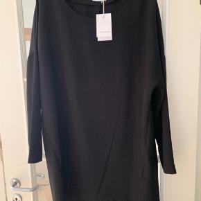 Cool kjole med en loose pasform. Den går ind smule ind forneden og har en lækker lynlås detalje bagpå forneden. En kjole man både kan style til fest men også til hverdag med et par sneakers. Modellen hedder Orange. Aldrig brugt.