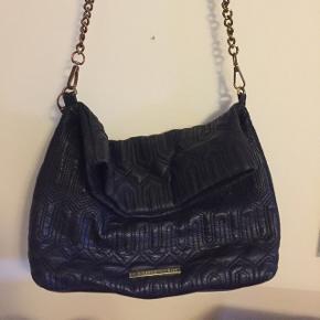 Min højt elskede håndtaske/crossover fra DAY, den er brugt med stadig super cool 💕 får den ikke brugt.