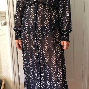 Let gennemsigtig kjole, god udover jeans eller som sommerkjole. Den er lille i størrelsen, især hen over brystet.