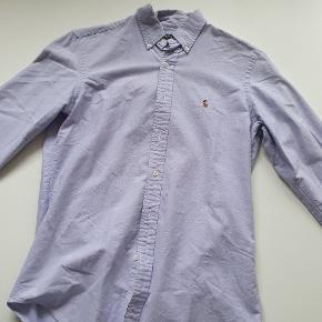Ralph Lauren skjorte i en smuk lys lilla farve, skarp  skjorte til enhver lejlighed, brugt et par gange, næsten som ny