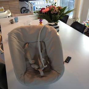 Newborn indsats til triptrap stolen. Vasket i neutral og i pæn stand. Aktivitetsstang medfølger