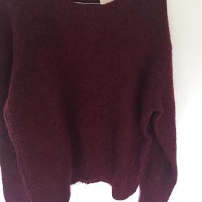 Varetype: sweatshirt Farve: Mørkerød  40% wool 30% mohair 30% polyamide  Sender med DAO. Handler gerne via mobilepay.