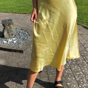 Pastel gul nederdel fra zara. Den har nogle enkelte tråde hist og pist, hvilket man ikke kan u sgu med en satinnederdel. Dog ses det knap nok. Byd :)