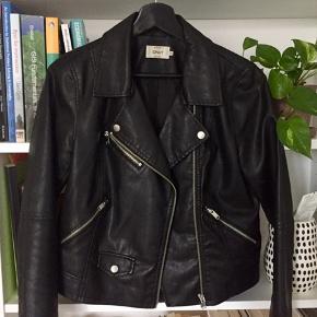 Fin fake leather jakke fra ONLY, en smule cropped og i fin stand!  Kam afhentes på Nørrebro, eller sendes med DAO på købers regning 💫