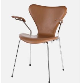 Kom med et bud! Arne Jacobsen 7'er stol i cognac med armlæn. Aldrig brugt og derfor fast i ryggen. Lille mærke på stolen, tror dog det kan komme af. Se billede (den lille sorte plet, det andet er et midlertidig mærke af at have været stablet med anden stol).  Koster lige under 10.000 fra ny. Kvitteringen haves ikke længere, men der er stempel under stolene, se billede.  Jeg overvejer at sælge, da jeg aldrig har fået den brugt.   Mp 5000
