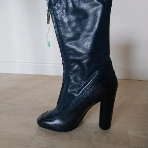 Varetype: Støvler i blå nuancer / støvletter Farve: Blå  Blå støvler i 2 blå nuancer fra Marc Jacobs med høj hæl.   Str. 37 - almindelige i størrelsen.  Nye og aldrig brugt, uden fejl/mangler.