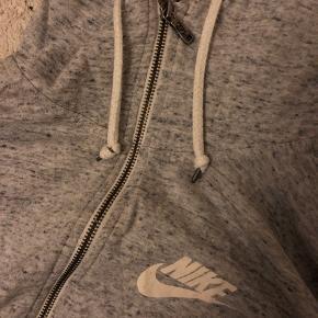 Nike trøje med lynlås   Super stand   Afhentes i Aarhus C eller sendes med DAO