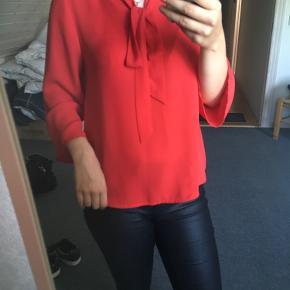 Rigtig fin rød bluse, i rigtig god stand og brugt maks 3 gange, så næsten som ny.