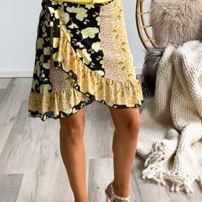 Slå-om nederdel fra Saint Tropez i blomsterprint med gule og sorte nuancer! Kan passes af flere størrelse!  Kan sendes eller hentes i Kbh 😊