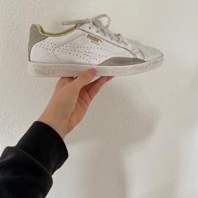 Sælger Puma Match sneakers i farven White/yellow i str. 41. Sælges fordi de desværre er for små. Ny pris: 1000 kr.