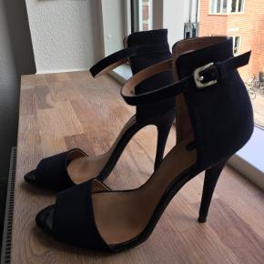Sælger disse super flotte og elegante højhælede sko fra ZARA, som er brugt indendørs én enkelt gang. Hælen er omkring 10cm. Byd endelig!