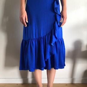 Kobolt blå nederdel med flæser.  Fra Munthe SS18. Nypris 1100kr Brugt 2 gange (ingen brugsspor) Har selv lagt den ind i taljen, da jeg ville have at den skulle sidde høj talje. Stingene kan dog nemt tages ud så den passer fra str 34-38.