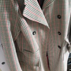 Lækker ternet frakke fra H&M i uldblanding. Passes af str 34 - også med tyk trøje under