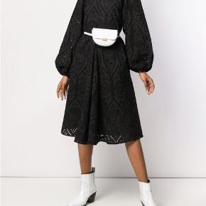 Smukkeste Ganni kjole med lange ærmer og lynlås i halsen (kan evt. bøjes ind som V-hals)  Nypris: 3000 kr.  Brugt 1 gang.  Køber betaler fragt.